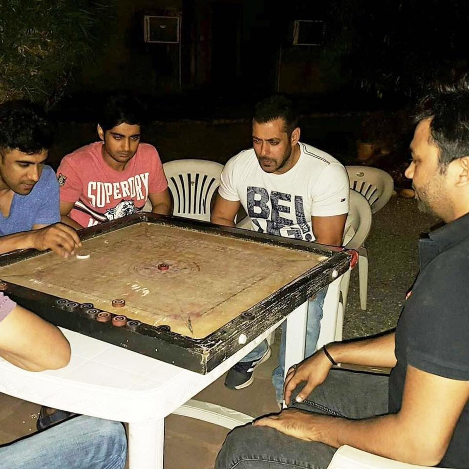 Sultan! Salman khan playing carrom with Muzaffarnagar's folks in UP