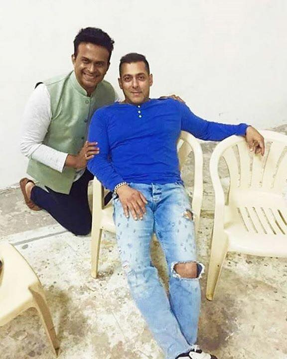 Salman khan poses with a fan on the sets of Sultan