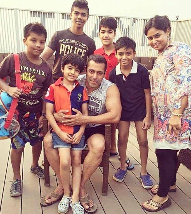 Salman khan with his young fans on the sets of Sultan