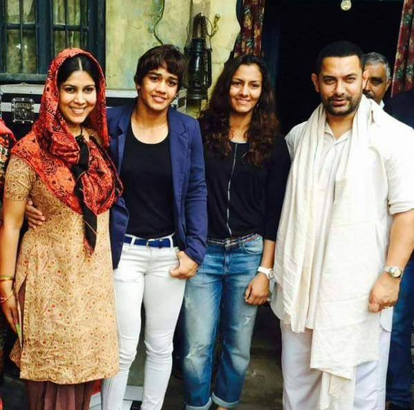 Aamir Khan And Sakshi Tanwar Meets with Phogat Sisters
