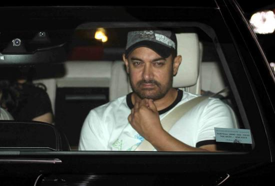 Aamir Khan & Kiran Rao Snapped Outside of Lightbox Theater in Mumbai-06