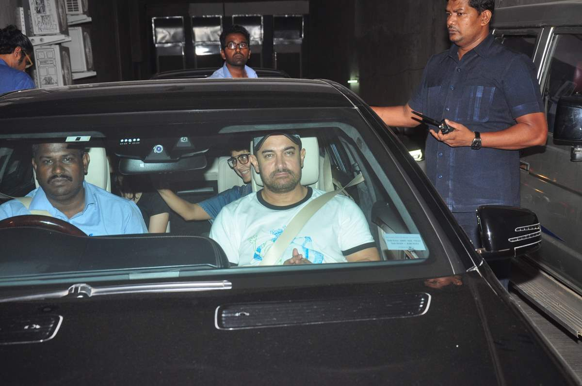 Aamir Khan & Kiran Rao Snapped Outside of Lightbox Theater in Mumbai-10
