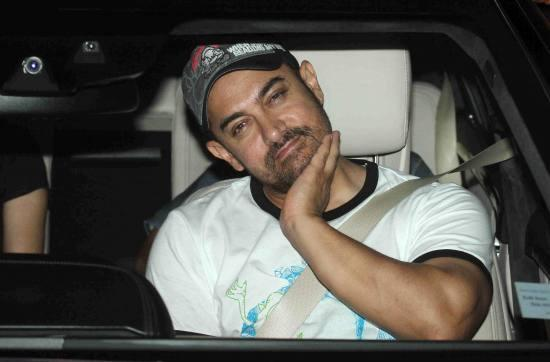 Aamir Khan & Kiran Rao Snapped Outside of Lightbox Theater in Mumbai-12