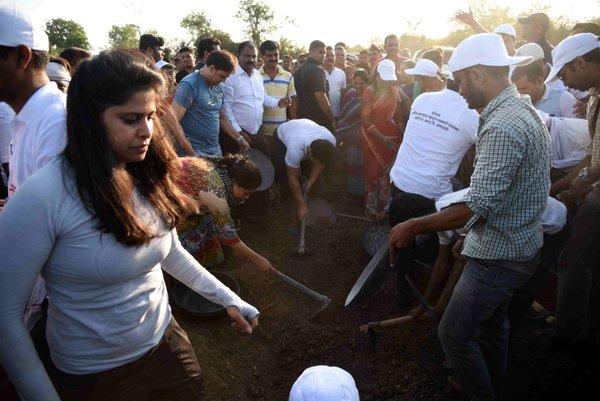 Sai Tamhankar at Paani Foundation Campaign-01