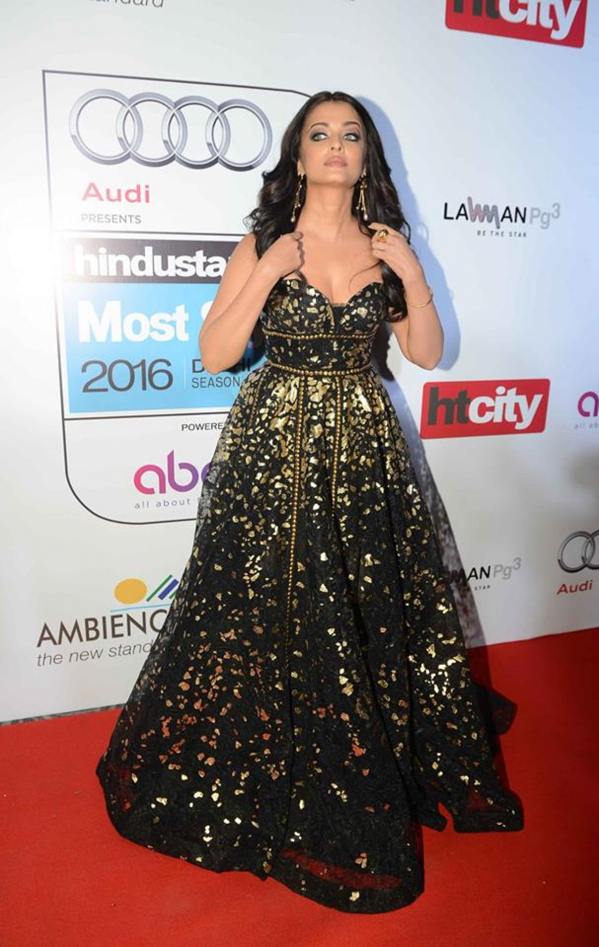 Aishwarya Rai, Abhishek Bachchan, Amitabh Bachchan and Akshay Kumar at HT CITY Awards 2016
