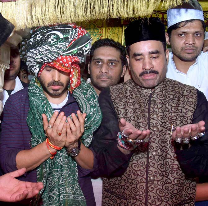 Azhar: Emraan Hashmi and Mohammad Azharuddin Spotted at Nizamuddin Dargah in New Delhi