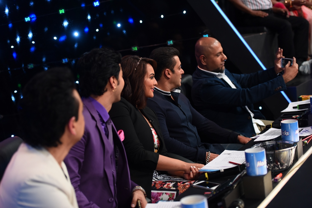 Bajrangi Bhaijaan : Salman Khan On The Sets Of Indian Idol Juniors