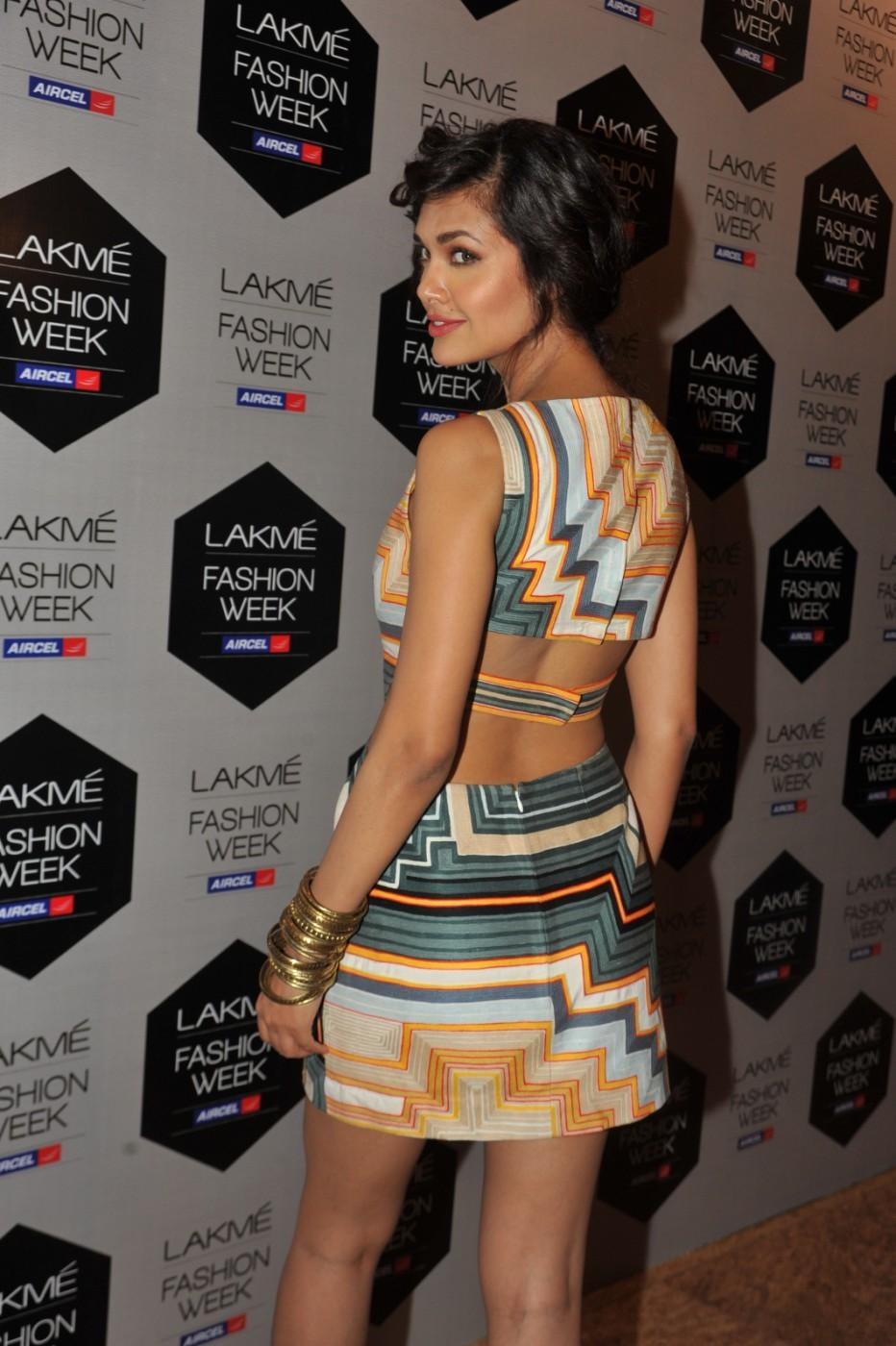 Lakme Fashion Week 2012 Day 5 Photo - Esha Gupta Show Her Sexy Back