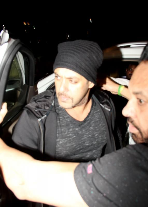 Bollywood celebs leave to attend IIFA Awards 2016