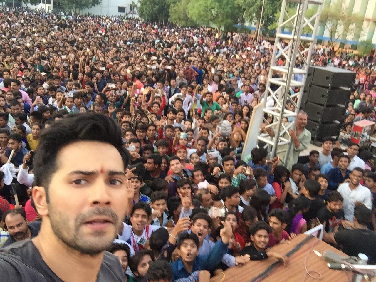 Varun Dhawan selfie with Fans