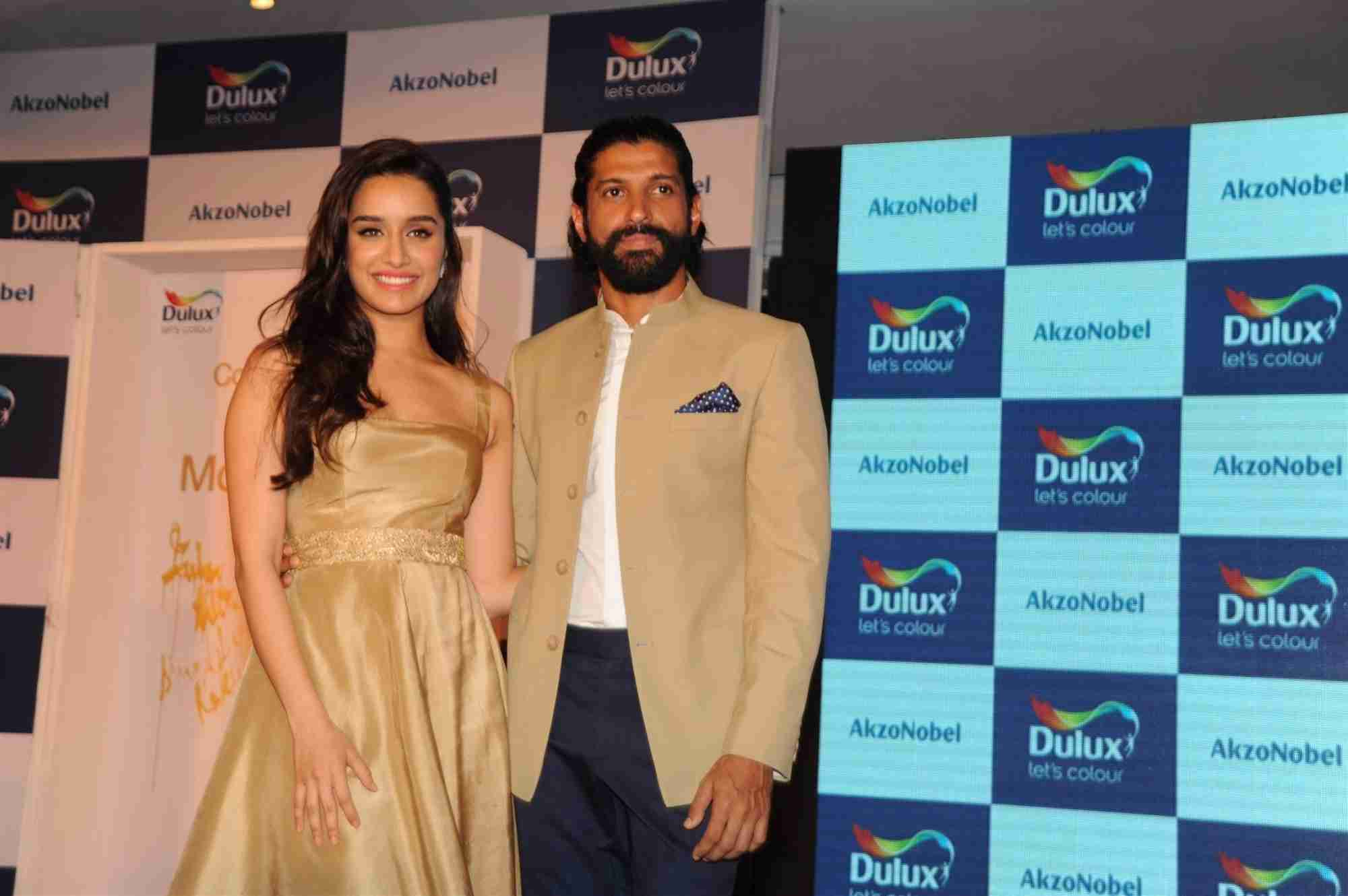 Farhan & Shraddha Unveil AkzoNobels Monarch Gold as Colour of The Year 2016 in Mumbai