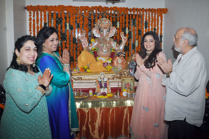 Ganesh Pooja : J.P. Dutta & Bindiya Goswami Performes Aarti At Their Homes