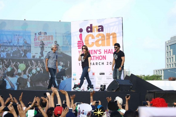 Kareena Kapoor & Arjun Kapoor Promoted KI and KA at DNA Marathon 2016