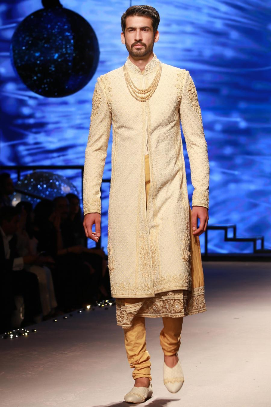 Lisa Haydon Walk at BMW India Bridal Fashion Week 2015-10