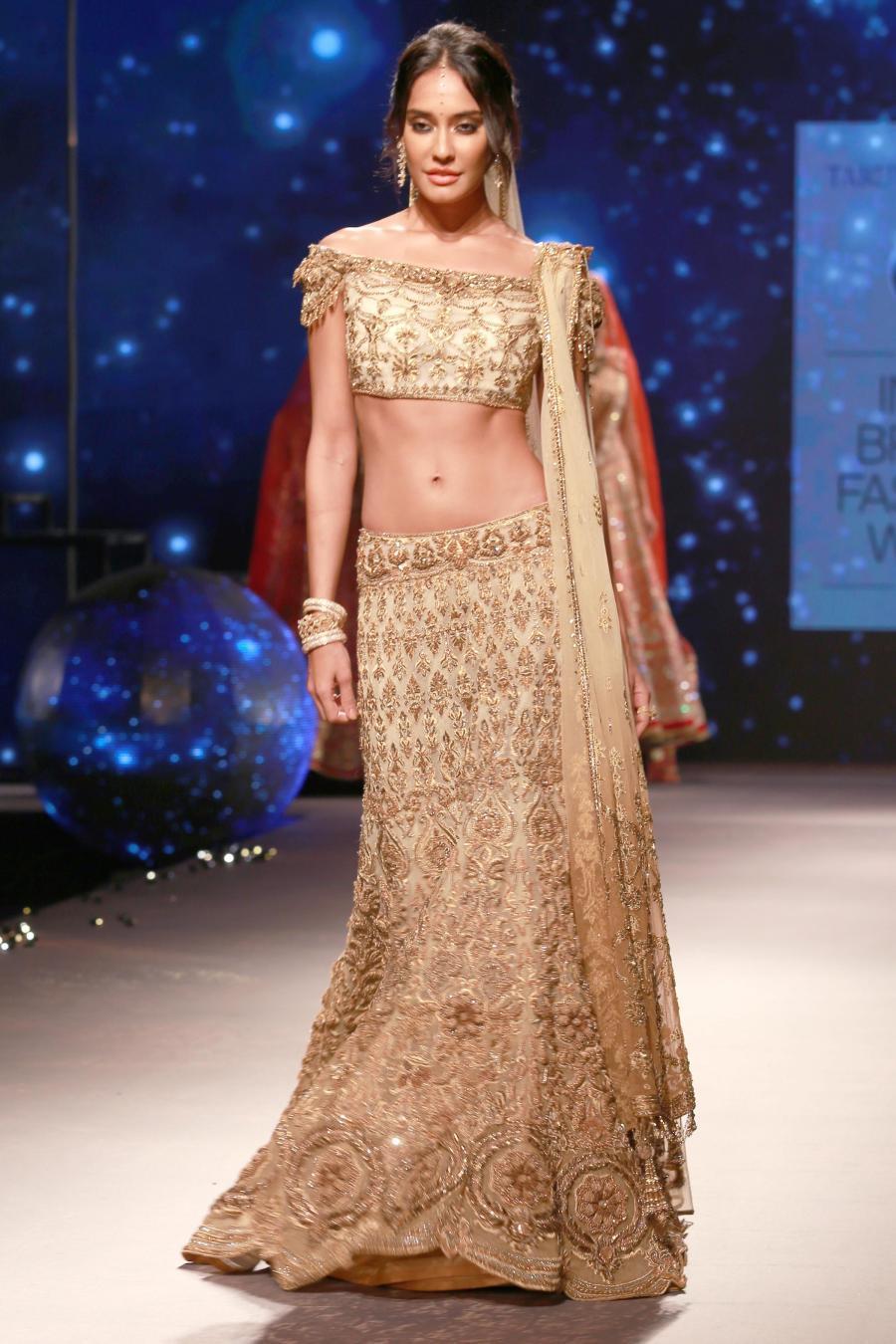 Lisa Haydon Walk at BMW India Bridal Fashion Week 2015-13