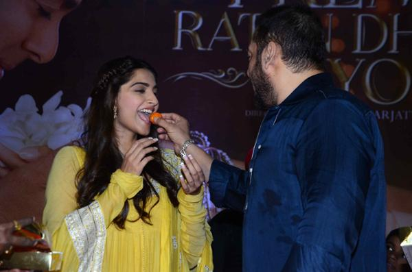 Prem Ratan Dhan Payo Team Celebrate Diwali with Dharavi Rocks