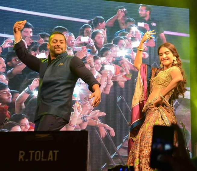 Salman Khan and Sonam Kapoor Played Garba in Ahmedabad