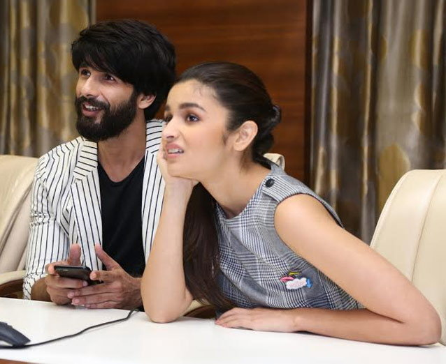 Shahid Kapoor & Alia Bhatt Plays Dandiya at DivyaBhaskar Office
