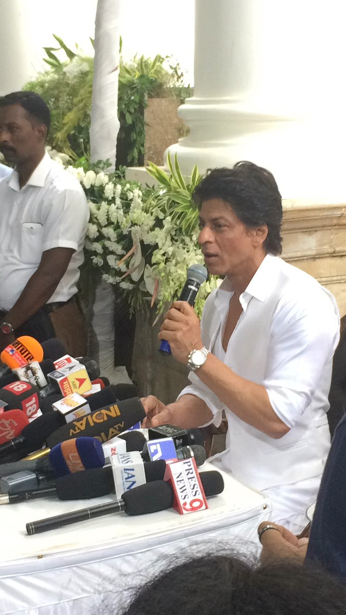 Shahrukh Khan Celebrates Eid with Media at Mannat