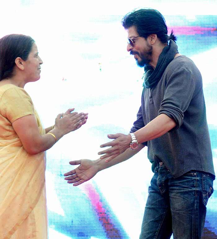 Shahrukh Khan Promotes Film Fan at Hans Raj College in Delhi-01