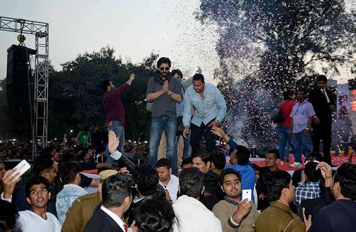 Shahrukh Khan Promotes Film Fan at Hans Raj College in Delhi-03
