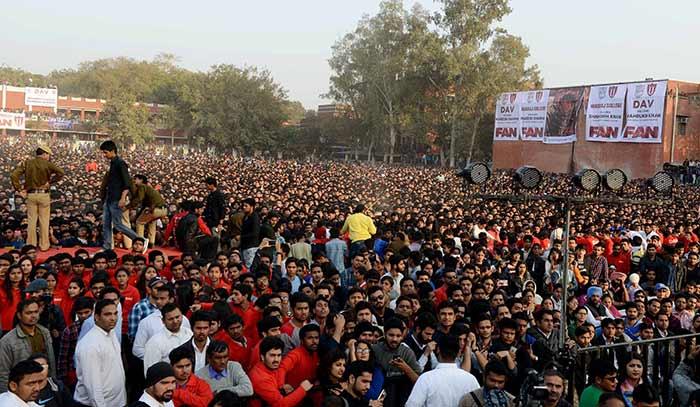Shahrukh Khan Promotes Film Fan at Hans Raj College in Delhi-04
