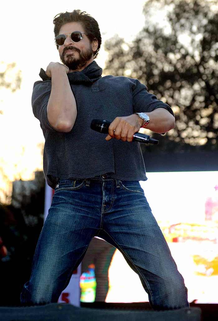 Shahrukh Khan Promotes Film Fan at Hans Raj College in Delhi-07