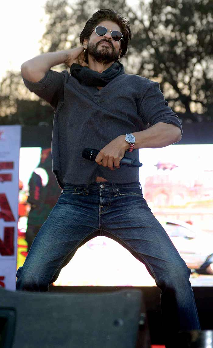 Shahrukh Khan Promotes Film Fan at Hans Raj College in Delhi-09
