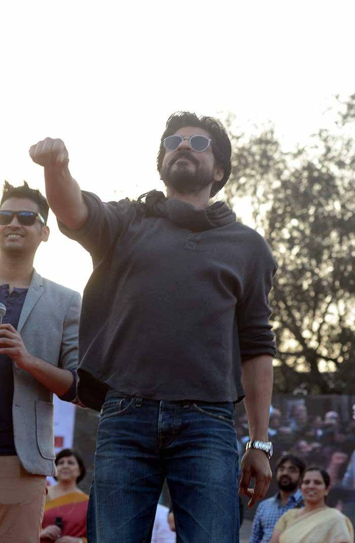 Shahrukh Khan Promotes Film Fan at Hans Raj College in Delhi-13