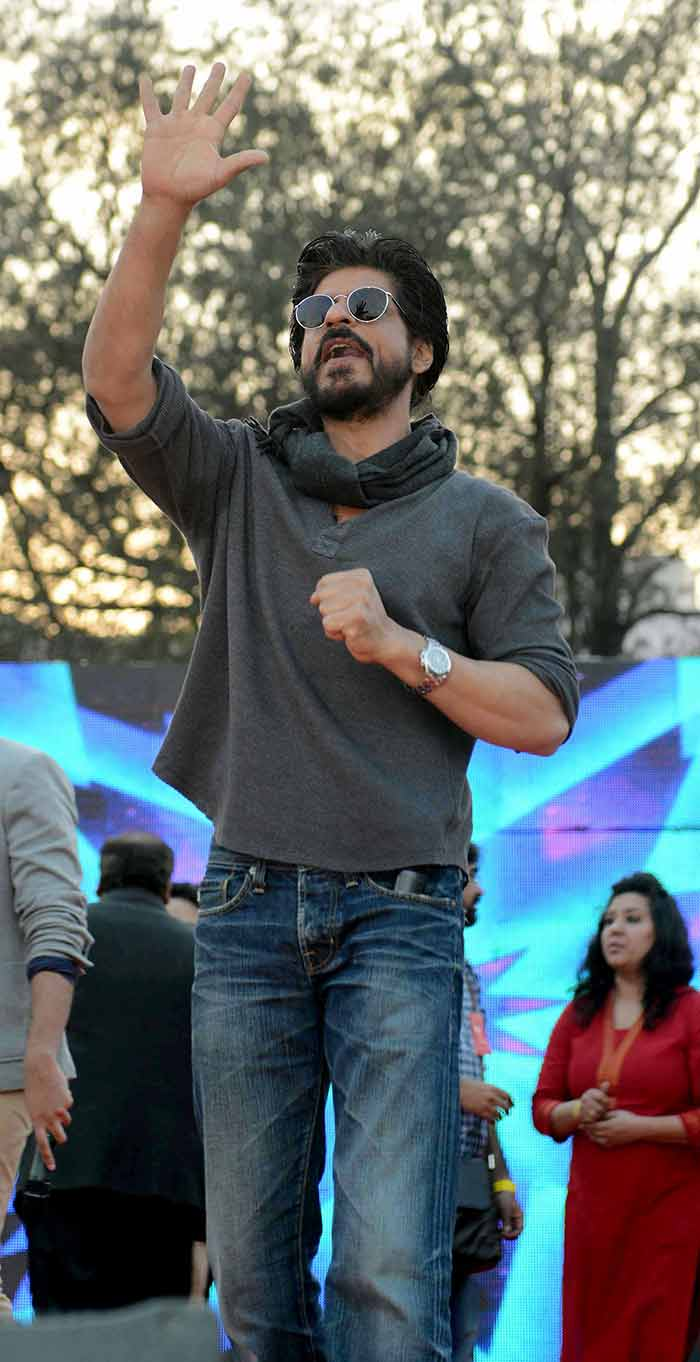 Shahrukh Khan Promotes Film Fan at Hans Raj College in Delhi-14
