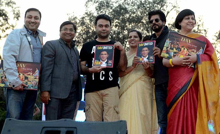 Shahrukh Khan Promotes Film Fan at Hans Raj College in Delhi-15