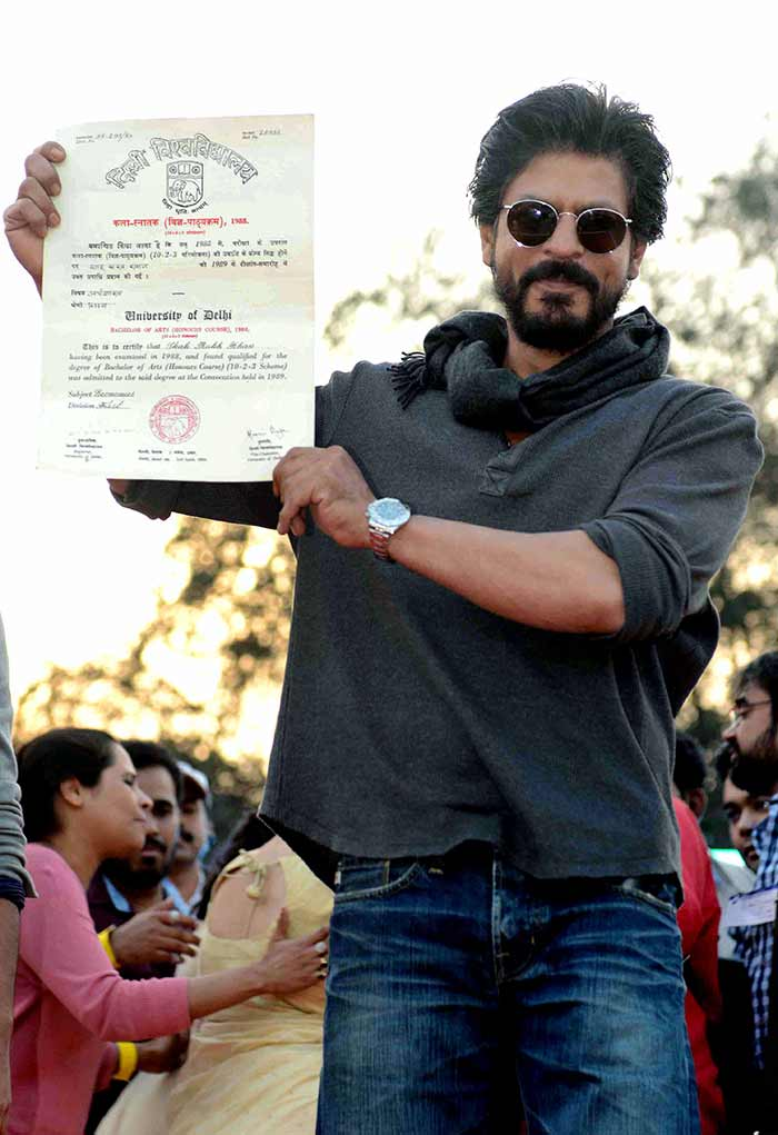 Shahrukh Khan Promotes Film Fan at Hans Raj College in Delhi-16