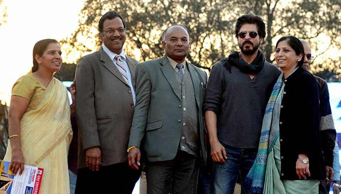 Shahrukh Khan Promotes Film Fan at Hans Raj College in Delhi-19