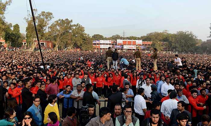 Shahrukh Khan Promotes Film Fan at Hans Raj College in Delhi-20