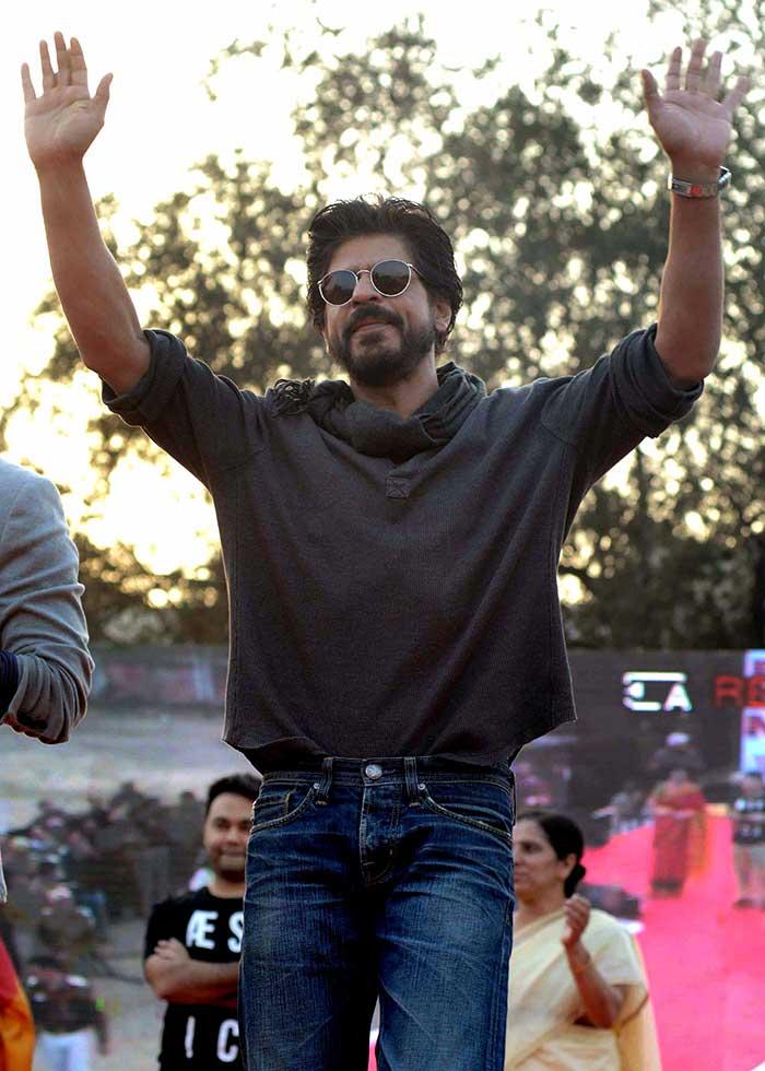 Shahrukh Khan Promotes Film Fan at Hans Raj College in Delhi-23