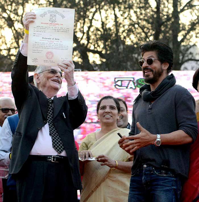 Shahrukh Khan Promotes Film Fan at Hans Raj College in Delhi-24