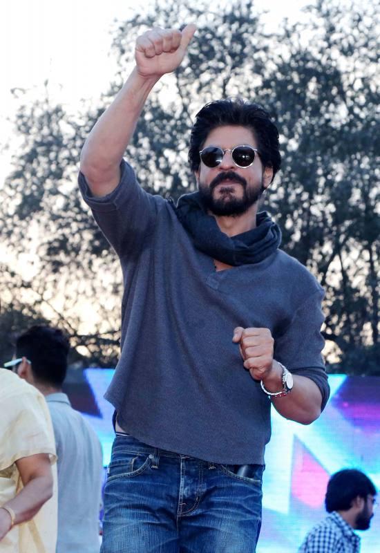 Shahrukh Khan Promotes Film Fan at Hans Raj College in Delhi-28