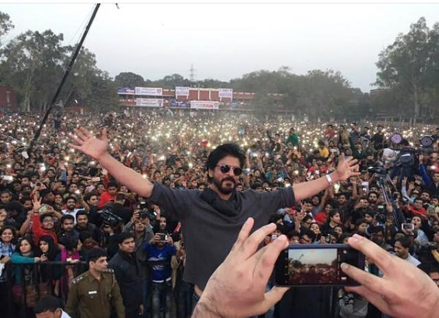 Shahrukh Khan Promotes Film Fan at Hans Raj College in Delhi-32