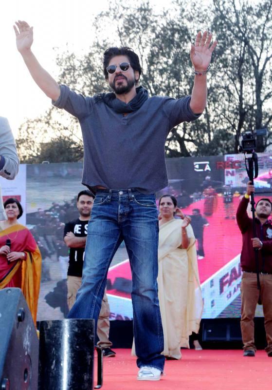 Shahrukh Khan Promotes Film Fan at Hans Raj College in Delhi-33