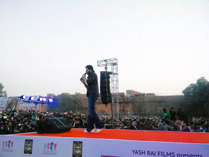 Shahrukh Khan Promotes Film Fan at Hans Raj College in Delhi-41