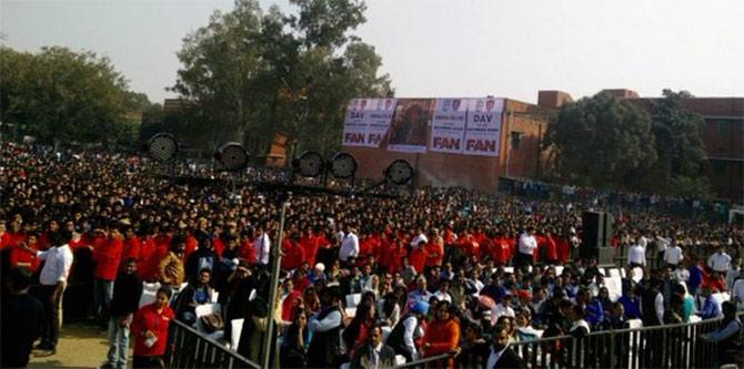 Shahrukh Khan Promotes Film Fan at Hans Raj College in Delhi-42
