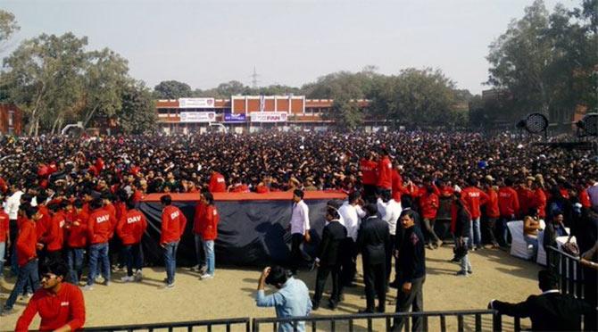 Shahrukh Khan Promotes Film Fan at Hans Raj College in Delhi-43