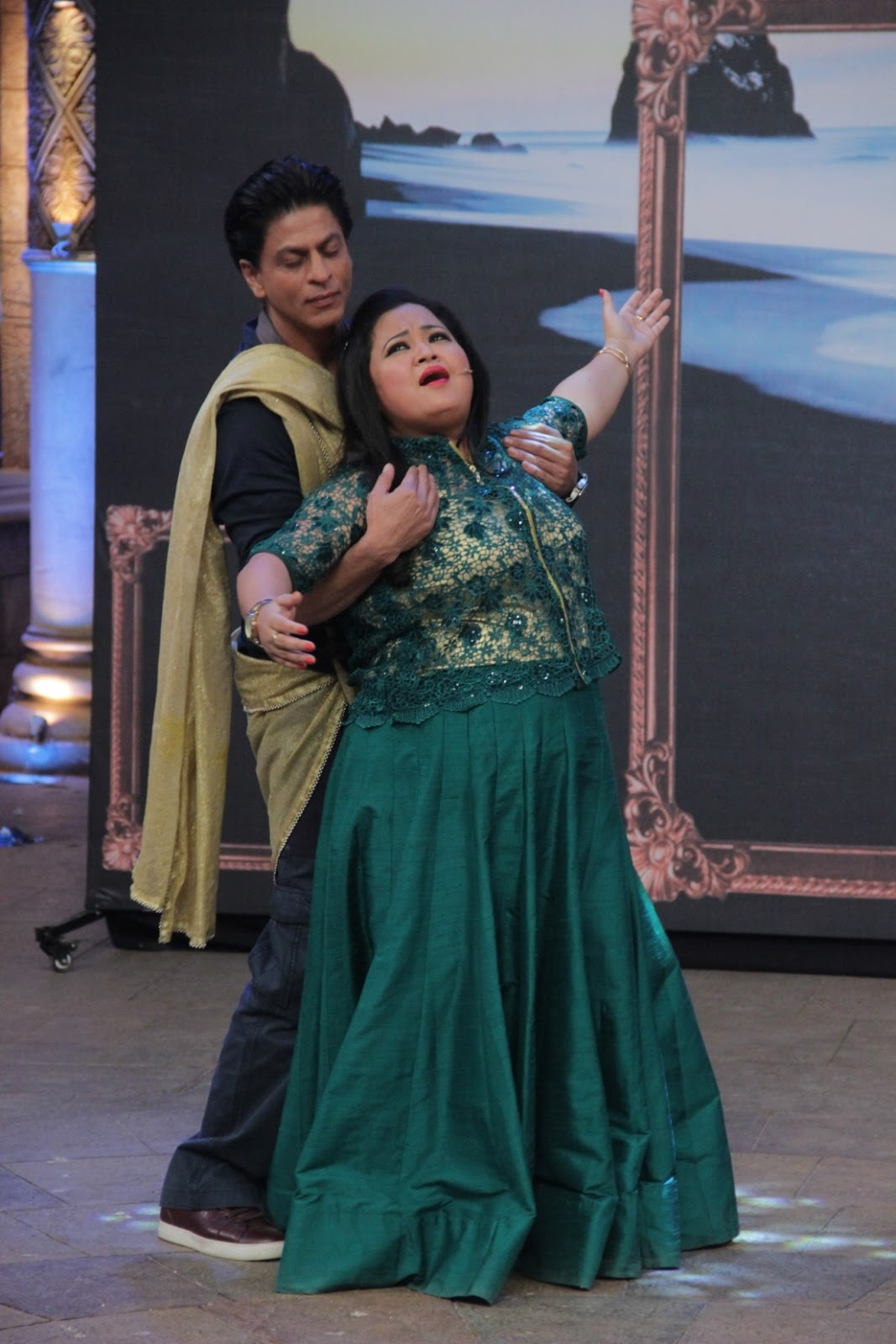 Shahrukh Khan on the set of Comedy Nights Bachao-07