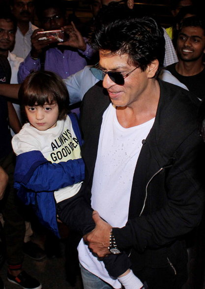 Shahrukh Khan spotted with Suhana and Abram at Mumbai Airport
