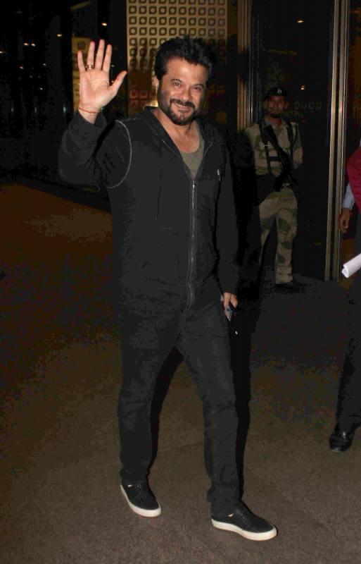 Shilpa, Raveena, Kareena, Karisma & Other Bollywood Celebs Return After Attending TOIFA Awards