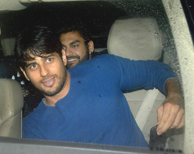 Sidharth Malhotra Enjoy a Dinner Outing with Friends