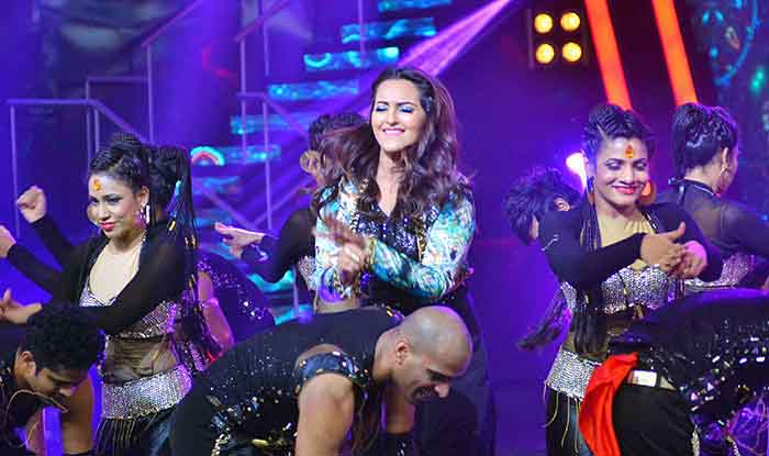 Sonakshi Sinha Performs at The Sets of Indian Idol Junior