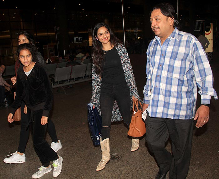 Sonam, Rhea, Arjun Kapoor & Other Bollywood Stars Spotted at Mumbai Airport