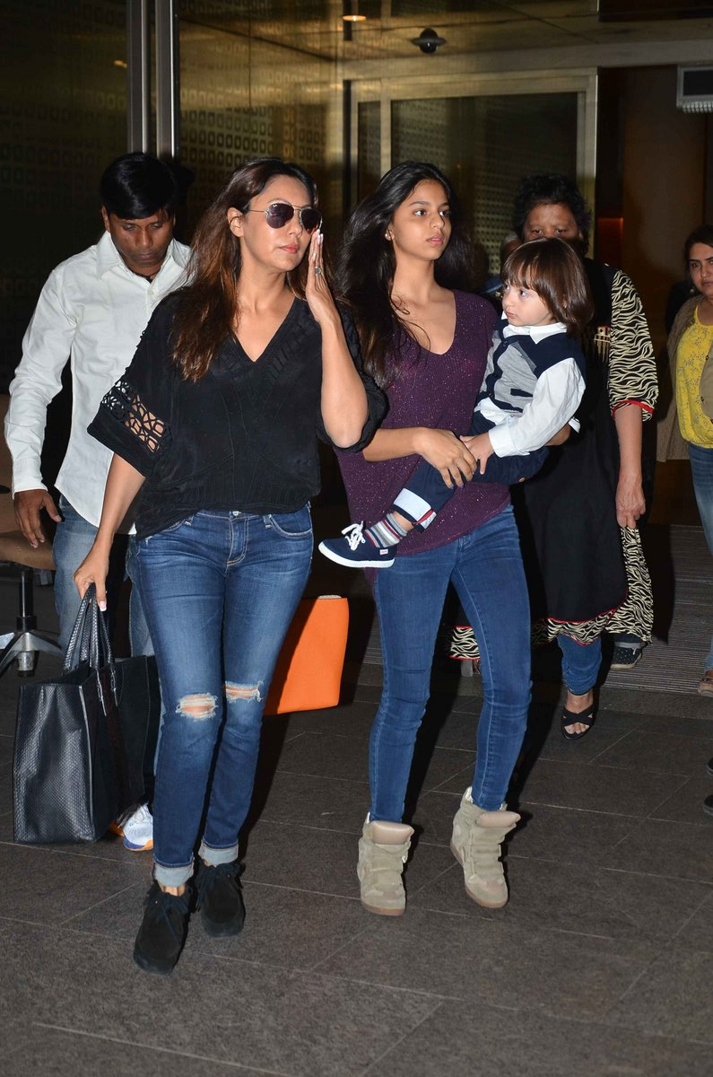SRK Spotted with Family at The Mumbai Airport
