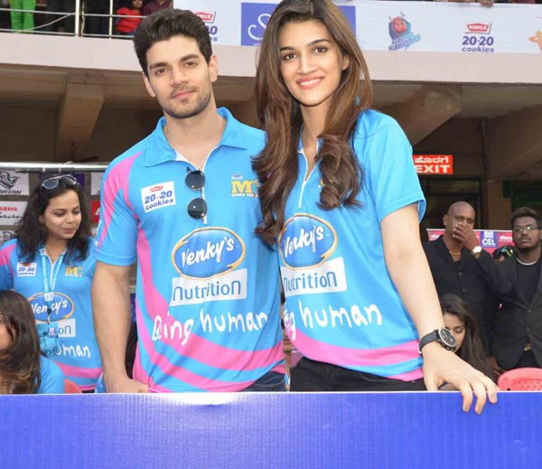 Sunil, Sohail, Zarine, Ritesh, Daisy & Other Bollywood Celebs at the CCL Opening Match